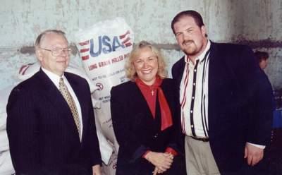 Посол США Джеймс Коллинз, Фейт Фишер и член Совета директоров и консультант