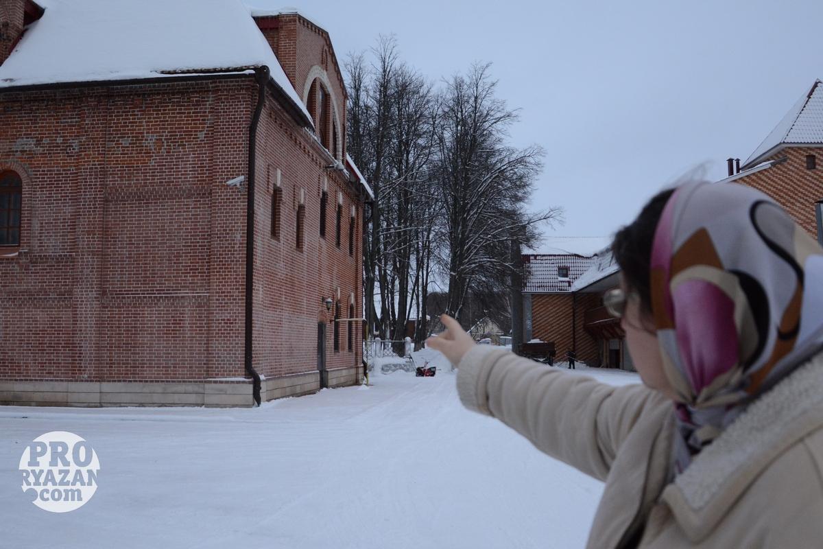 Прихожанка ЦПЦ Ольга показывает территорию общины