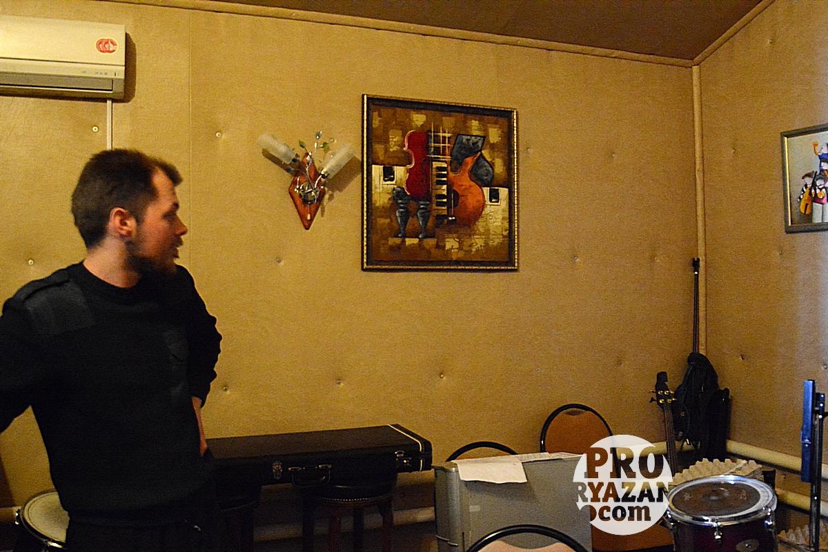 Артемий показывает студию звукозаписи ЦПЦ